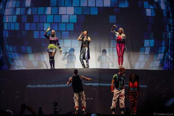 Nancy Baumann, DJ BoBo und die Künstler bei der Weltpremiere der Show MYSTORIAL am 13. Januar 2017 im Europa-Park Rust