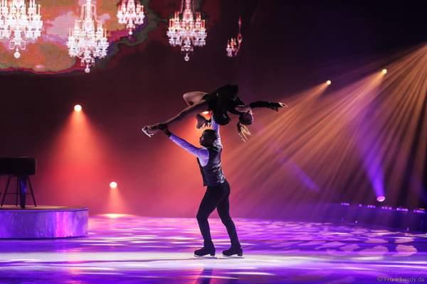 Annette Dytrt und Yannick Bonheur bei der Eisshow TIME von Holiday on Ice in der SAP Arena Mannheim