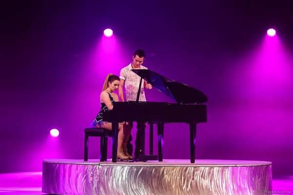 Pianist und Figure Skater Vincent Ip und Lolita Yermak bei der Eisshow TIME von Holiday on Ice in der SAP Arena Mannheim
