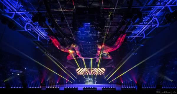 Lisa Mochizucki und das Ensemble bei der Eisshow TIME von Holiday on Ice in der SAP Arena Mannheim