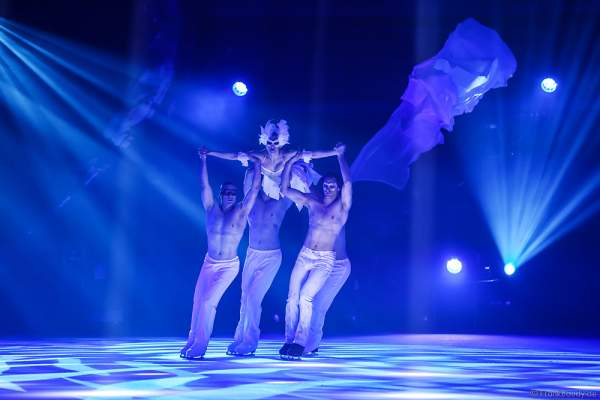 Megan Marschall und Ensemble bei der Eisshow TIME von Holiday on Ice in der SAP Arena Mannheim