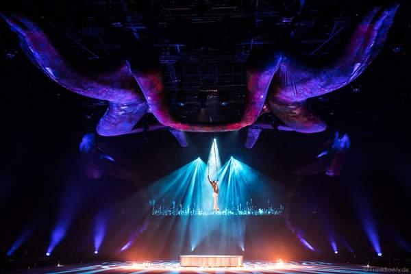 Akrobat Donet Collazo mit Feuerkreis bei der Eisshow TIME von Holiday on Ice in der SAP Arena Mannheim 2017