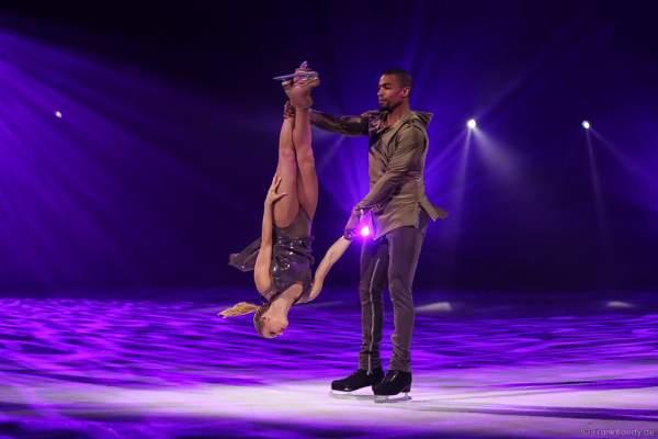 Hauptläufer-Paar Annette Dytrt und Yannick Bonheur bei der Eisshow TIME von Holiday on Ice in der SAP Arena Mannheim