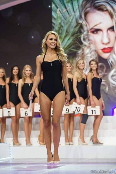 Miss Nordrhein-Westfalen 2017, Sarah Elzanowski im Badeanzug bei der Wahl zur Miss Germany 2017 im Europa-Park am 18. Februar 2017