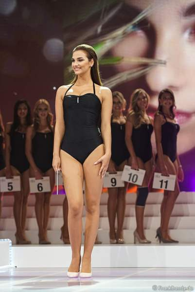 Vize-Miss Germany 2017 Aleksandra Rogovic im Badeanzug bei der Wahl zur Miss Germany 2017 im Europa-Park am 18. Februar 2017
