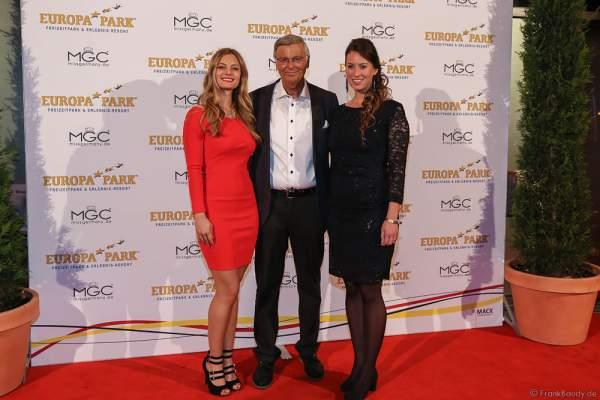 Wolfgang Bosbach mit seinen Töchtern Viktoria Bosbach und Caroline Bosbach bei der Wahl zur Miss Germany 2017 im Europa-Park am 18. Februar 2017