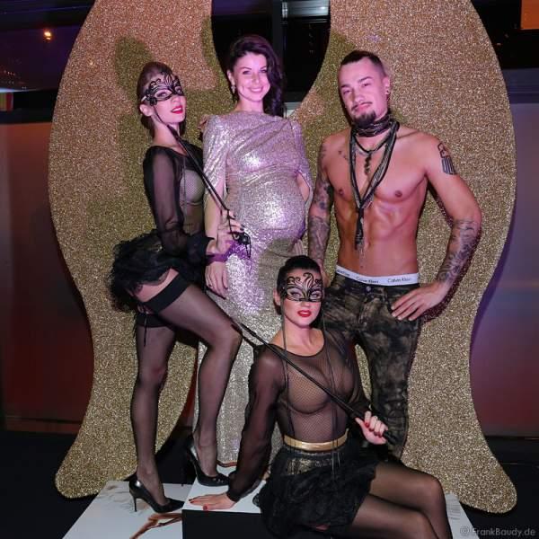 Katja Mack mit den Darstellern von NIGHT.BEAT.ANGEL bei der Wahl zur Miss Germany 2017 im Europa-Park am 18. Februar 2017