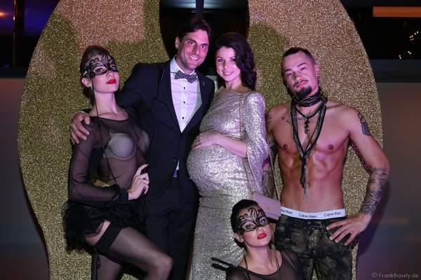 Thomas Mack mit seiner schwangeren Ehefrau Katja Mack mit den Darstellern von NIGHT.BEAT.ANGEL bei der Wahl zur Miss Germany 2017 im Europa-Park am 18. Februar 2017