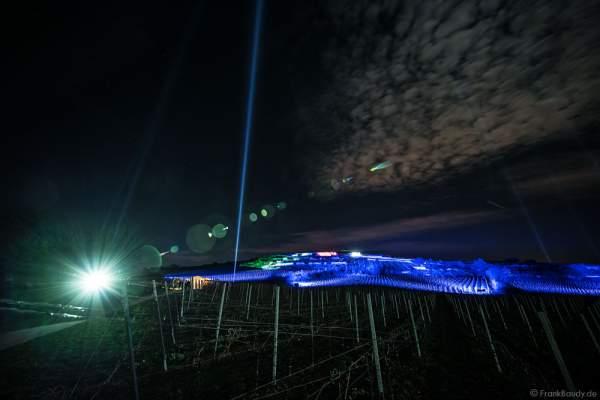 Farbenprächtig beleuchtete Weinberge bei der Weinbergnacht 2017 in Bad Dürkheim