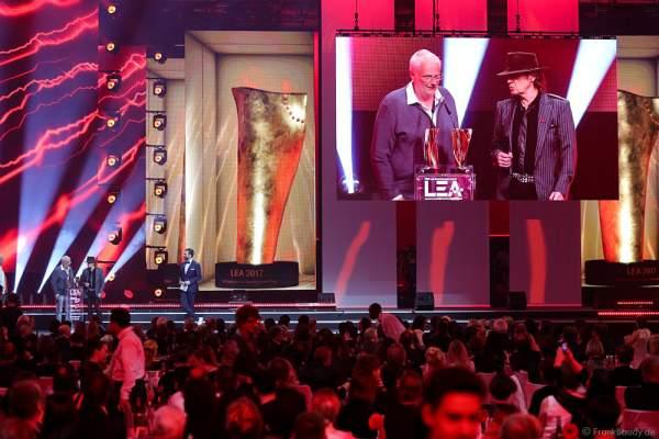 """Auszeichnung Stadion-Tournee des Jahres - Roland """"Balou"""" Temme und Udo Lindenberg beim PRG Live Entertainment Award (LEA) 2017 in der Festhalle Frankfurt"""