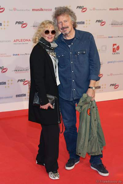 Wolfgang Niedecken mit Ehefrau Tina auf dem roten Teppich beim PRG Live Entertainment Award (LEA) 2017 in der Frankfurter Festhalle