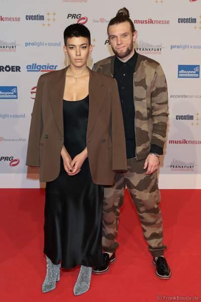 Alina Süggeler und And Weizel (Frida Gold) auf dem roten Teppich beim PRG Live Entertainment Award (LEA) 2017 in der Festhalle in Frankfurt