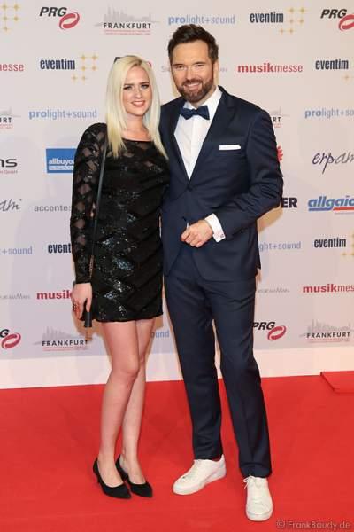 Ingo Nommsen mit Freundin Sarah Knappik auf dem roten Teppich beim PRG Live Entertainment Award (LEA) 2017 in der Festhalle in Frankfurt