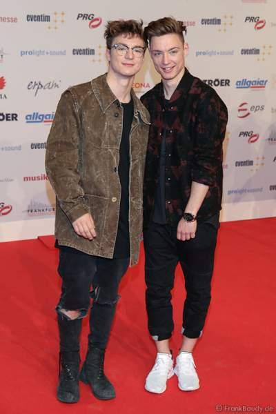 """Die """"Lochis"""", Roman (l.) und Heiko Lochmann auf dem roten Teppich beim PRG Live Entertainment Award (LEA) 2017 in der Festhalle in Frankfurt"""
