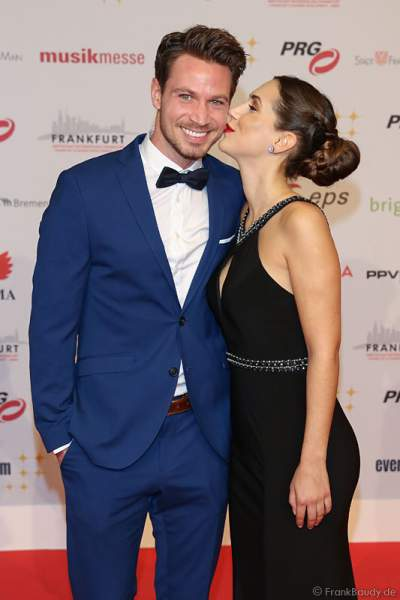 Bachelor-Paar Sebastian Pannek und Clea-Lacy Juhn auf dem roten Teppich beim PRG Live Entertainment Award (LEA) 2017 in der Festhalle in Frankfurt