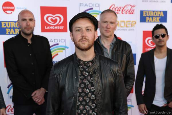 Matt Simons mit Band beim Radio Regenbogen Award 2017 am 07. April in der Europa-Park Arena in Rust