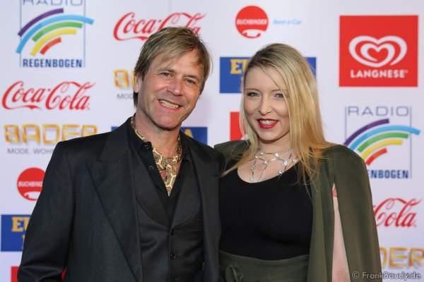 Steve Norman von der Band Spandau Ballet mit Begleitung beim Radio Regenbogen Award 2017 am 07. April in der Europa-Park Arena in Rust