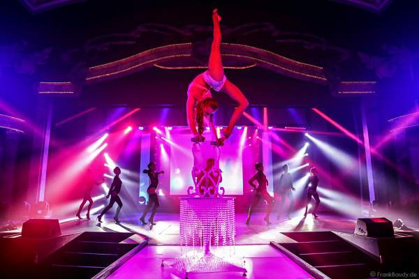 Marina Sakhokiia mit Handbalancing bei der Party-Show Night.Beat.Angels 2017 im Europa-Park