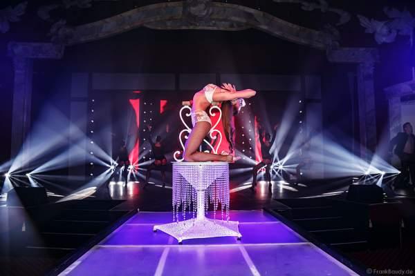 Marina Sakhokiia mit Handbalancing bei der Party-Show Night.Beat.Angels 2017 im Europa-Park