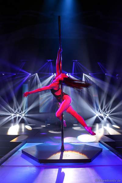 Marina Mazepa mit Pole Dance - Tabledance bei der Party-Show Night.Beat.Angels 2017 im Europa-Park