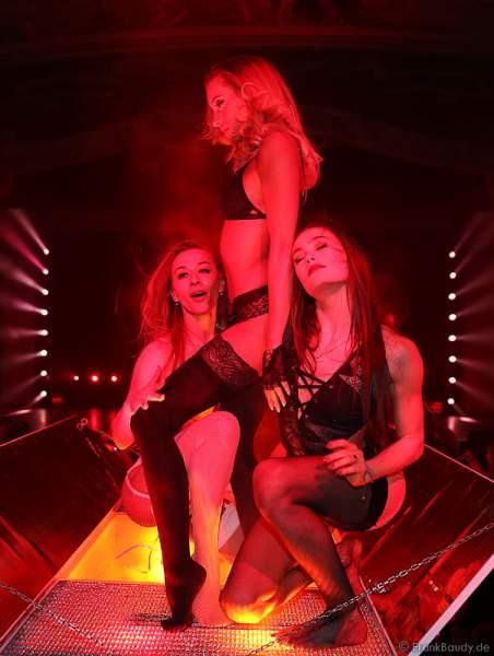 Marina Sakhokiia, Adrienne Péter Soboleva und Marina Mazepa mit sexy Tanzeinlage auf einem Tisch bei der Party-Show Night.Beat.Angels 2017 im Europa-Park