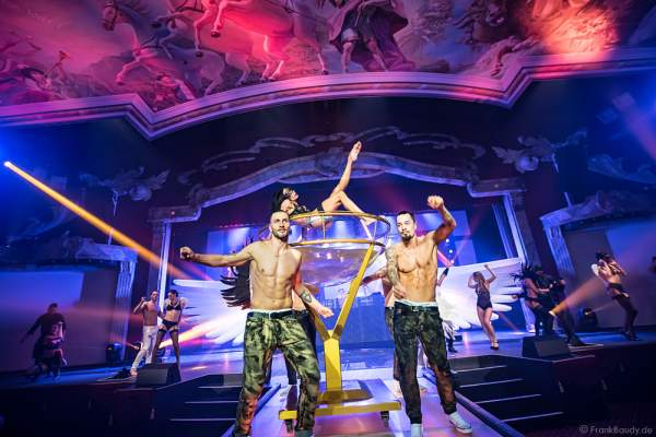 Performance im Wasserbecken und den THE.K Streetdancer bei den Night.Beat.Angels 2017 im Europa-Park