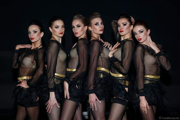 Die Tänzerinnen des Europa-Park Showballett beim Opening der Party-Show Night.Beat.Angels 2017 im barocken Teatro dell'Arte - Europa-Park
