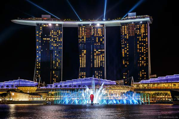 Neue Licht- und Wassershow SPECTRA vor dem Hotel Marina Bay Sands in Singapur