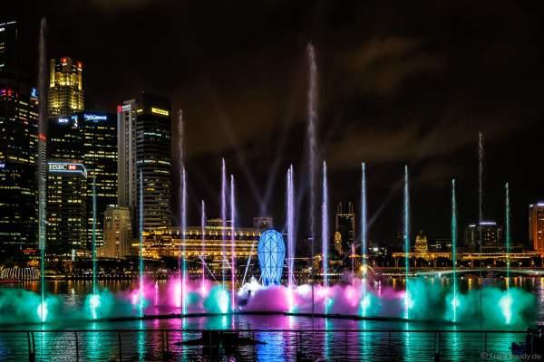 Das Glasprisma der neuen Licht- und Wassershow SPECTRA am Marina Bay Sands in Singapur