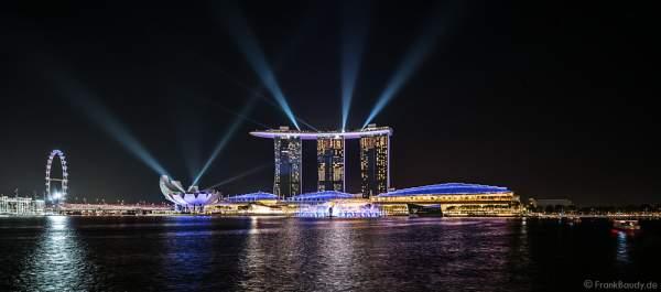 Neue Licht- und Wassershow SPECTRA vor dem Hotel Marina Bay Sands mit dem Singapore Flyer, Art& Science Museum, MBS Theatre in Singapur