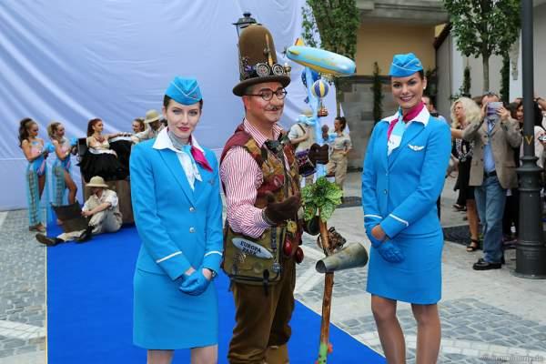 Künstler des Europa-Park bei der Einweihung des Helmut Kohl Palais vor dem Flying-Theater-Voletarium am 1. Juni 2017 ein