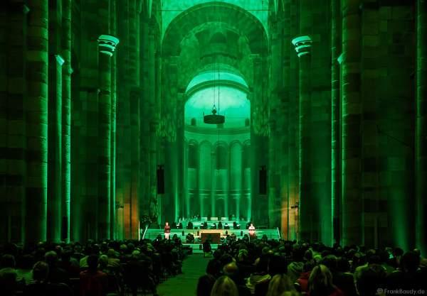 Die Sprecher Uwe Burkert und Nathalie Lenges sprachen biblischen Texte beim Glaubensfeuer im Dom zu Speyer am Pfingstsonntag (4. Juni 2017) zur 200-Jahr-Feier der Neugründung des Bistum Speyer