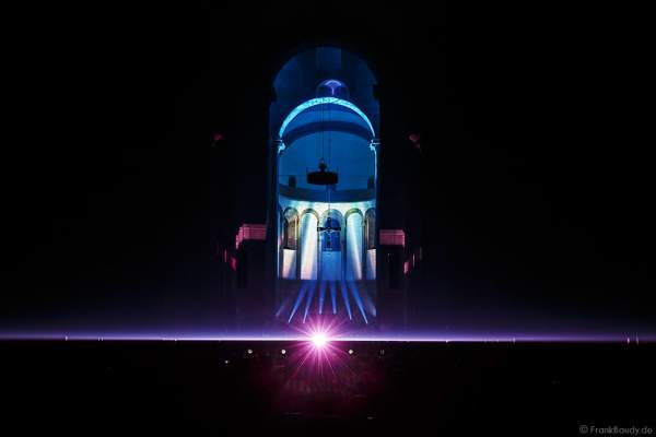 Zu Musik von Pink Floyd strahlt der Laser durch ein Prisma beim Glaubensfeuer 2017 im Dom zu Speyer