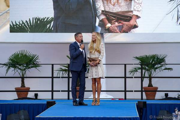 Moderator Joachim Llambi begrüst Jury Mitglied Schauspielerin Jenny Elvers beim 2. Europäischen Missen TEAM-Cup am 6. Juli 2017 im Europa-Park in Rust