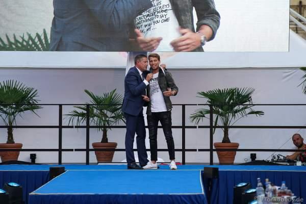 Moderator Joachim Llambi begrüst Jury Mitglied Schauspieler Raul Richter beim 2. Europäischen Missen TEAM-Cup am 6. Juli 2017 im Europa-Park in Rust