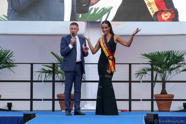 Moderator Joachim Llambi begrüst Jury Mitglied Manuela Thoma-Adofo beim 2. Europäischen Missen TEAM-Cup am 6. Juli 2017 im Europa-Park in Rust