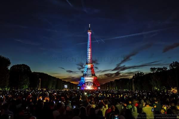 Beleuchteter Eiffelturm in Tricolor bei Nacht vor dem Feuerwerk beim Nationalfeiertag am 14. Juli 2017 in Paris