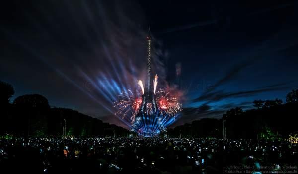 Feuerwerk auf dem Eiffelturm beim Nationalfeiertag am 14. Juli 2017 in Paris - Thema Olympischen Spiele 2024