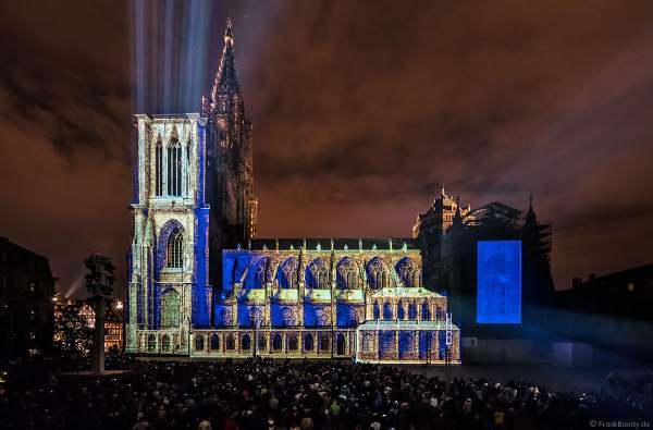 """Lichtspiel """"Das Ballett der glücklichen Schatten"""" (Le ballet des ombres heureuses) am Straßburger Münster beim Sommerfestival 2017 - Liebfrauenmünster - Cathédrale Notre-Dame"""