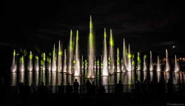 Wassershow im Zarizyno-Park in Moskau bei Circle of Light 2017 - Water Fountain Show Tsaritsyno Park Moscow