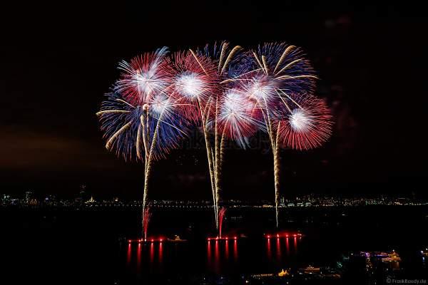 Japanisches Hanabi Feuerwerk zum Abschluss von CIRCLE OF LIGHT 2017 in Moskau am Strogino See