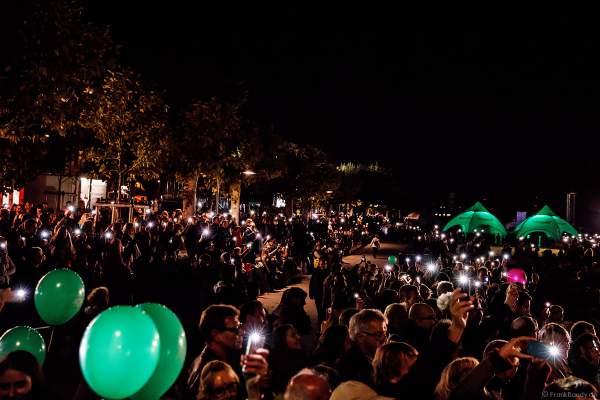 Handy-Lichtermeer der Zuschauer am Ufer bei der Abschlussfeier am Tag der Deutschen Einheit 2017 auf dem Rhein in Mainz