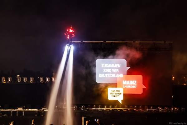 Leuchtende Sportler mit ihren wasserstrahlbetriebenen Flyboards bei der Abschlussfeier am Tag der Deutschen Einheit 2017 auf dem Rhein in Mainz