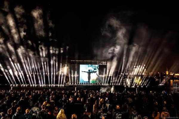 Schattentheater der Gruppe Die Mobilés bei der Abschlussfeier am Tag der Deutschen Einheit 2017 auf dem Rhein in Mainz