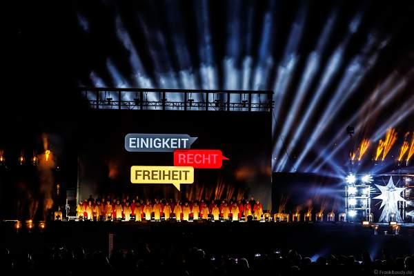 Ein großer Chor singt die Nationalhymne bei der Abschlussshow am Tag der Deutschen Einheit 2017 auf dem Rhein in Mainz