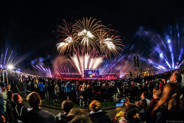 Feuerwerk bei der Abschlussshow am Tag der Deutschen Einheit 2017 auf dem Rhein in Mainz
