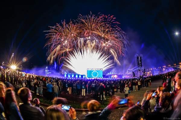Feuerwerk und Flyboards bei der Abschlussshow am Tag der Deutschen Einheit 2017 auf dem Rhein in Mainz