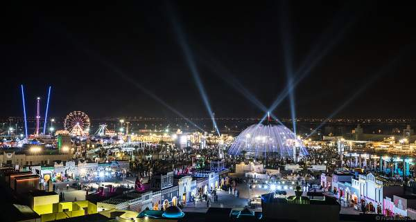 Überblick über das Festgelände des Sheikh Zayed Heritage Festival 2017/2018 in Abu Dhabi mit der imposanten Licht- und Wassershow