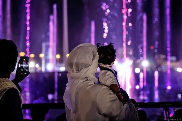 Staunende Zuschauer an der imposanten Wassershow beim Sheikh Zayed Heritage Festival 2017/2018 in Abu Dhabi