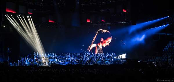 Pianistin Emily Bear und das Antwerp Philharmonic Orchestra bei Night of the Proms 2017 in der SAP Arena Mannheim